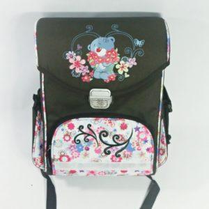 Školská taška medvedík. Taška je vystužená, pekne drží tvar. Vhodná pre dievčatá. Farba: hnedá Rozmery:37×27,5x14cm Váha:850 gramov Vhodná pre prváčikov.