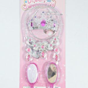 Set pre princeznú s hrebeňom a zrkadlom Balenie obsahuje: čelenku s korunkou, náušnice, náhrdelník, zrkadlo a kefu na vlasy Rozmery celého balenia: 45x18cm Nevhodné pre deti do 3 rokov.