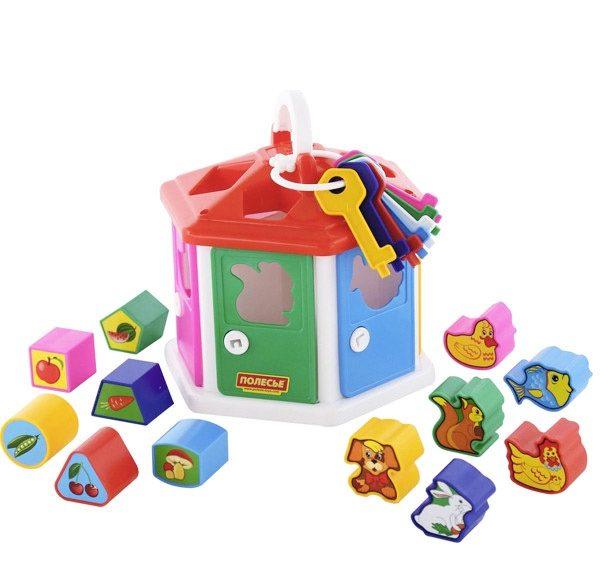 Vkladačka domček, didaktická hračka - vkladačka, domček z plastu, v balení kľúče na dvierka a 12ks vkladačiek. Podporuje rozvoj zručností, rozličovania tvarov a farieb. Rozmery: 22x22cm Nevhodné pre deti do 3 rokov.
