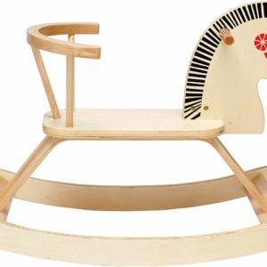 Drevený hojdací koník s opierkou pre deti. Kvalitný hojdací drevený koník nepokazí interiér žiadnej detskej izby. Svojimi čistými líniami spĺňa všetky parametre modernej hračky. Jeho konštrukcia je čistá a funkčná. Tvar húpadiel umožňuje bezpečné hojdanie, podpierky nôh potom pohodlie a oporu pri rozhúpaní koníka. Samozrejmosťou sú aj držadlá pre ruky. Kreatívne deti a rodičov možno nenechá v kľude prevedenie hračky a využijú túto plochu ako základ pre vytvorenie originálneho hojdacieho koňa. Rozmery: 80x48x38cm Vhodné pre deti od 2 rokov.