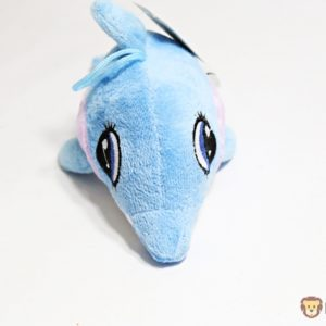 Plyšový delfín modrý je príjemný na dotyk Materiál: 100% akryl Rozmery: 22x10x10cm Vhodný pre deti od 3 rokov.