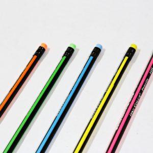 Neónová ceruzka s gumou HB je dlhá 19cm. Vybrať si môžete zo 4 farieb. Cena je za kus Star Color Pencils HB Nevhodné pre deti do 3 rokov.