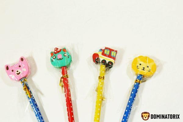 Ceruzka s ozdobnou gumou, je dlhá 19cm. Vybrať si môžete zo 4 kusov. Cena je za kus Nevhodné pre deti do 3 rokov.