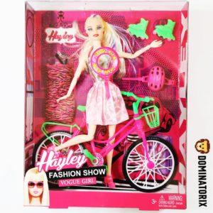 Bábika s bicyklom v šatách s doplnkami. Balenie obsahuje: bábiku, bicykel, náhradné šaty, prilbu, kolieskové korčule Rozmery balenia: 32,5x25,5x7cm Nevhodné pre deti do 3 rokov