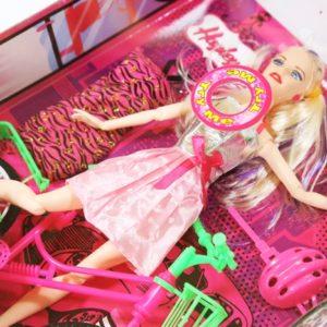 Bábika s bicyklom v šatách s doplnkami. Balenie obsahuje: bábiku, bicykel, náhradné šaty, prilbu, kolieskové korčule Rozmery balenia: 32,5x25,5x7cm Nevhodné pre deti do 3 rokov.