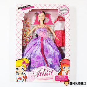 Bábika Atinil s kvetinovými šatami fialovej farby. Balenie obsahuje dalšie 2 šaty na vešiakoch. Rozmery Balenia: 32x22x5cm Nevhodné pre deti do 3 rokov.