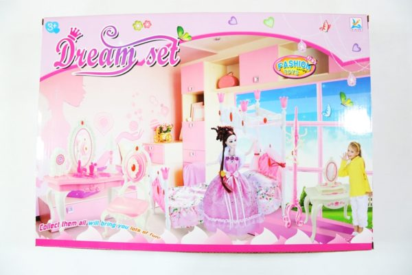 Bábika a kozmetický stolík s doplnkami v krásnej ružovej farbe. Balenie obsahuje: bábiku v šatách, kabelku, kozmetický stolík s lampou a zrkadlom, topánky s opätkom, nástennú hodinu, stoličku, a kozmetické doplnky. Rozmery Balenia: 47x33x9cm Nevhodné pre deti do 3 rokov.