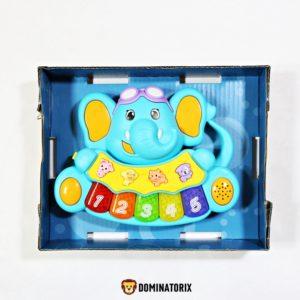 Hrajúci Sloník na baterky (3xAA 1,5V) ktoré niesú súčasťou balenia. Pomáha vyvíjať iQ dieťaťa. Hrajúci Sloník vydáva 4 zvuky zvierat a krásne pesničky. Počas hrania blikajú farebné čísla. Taktiež môžete nastaviť svojim ratolestiam 2 úrovne hlasitosti, či už hlasnejšie alebo tichšie. Rozmery balenia: 21,5x16,5x5,5cm Vhodné pre deti od 18 mesiacov.