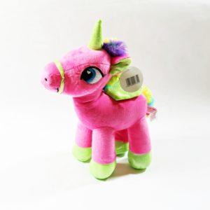 Plyšový jednorožec ružový s dúhovým chvostíkom, je príjemný na dotyk. Materiál: 100% polyester. Rozmery: 36x34x10cm Nevhodné pre deti do 3 rokov.