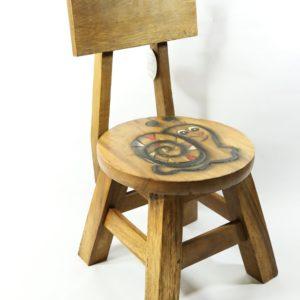 Drevená stolička s operadlom Slimáčik. Kvalitná a stabilná drevená stolička pre deti s obrázkom, umožňuje deťom pohodlné sedenie. Rozmery stoličky: Výška - 50cm, Šírka - 30cm. Plocha na sedenie: priemer 25cm. Výška operadla od sedacej plochy: 26cm Vhodné pre deti od 3 rokov.