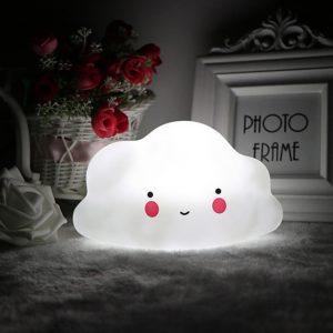 Led Lampa Mráčik na batérie, ktoré sú súčasťou balenia. Rozmery lampy: 15x9cm. Vhodné do detskej izbičky pre deti od 3 rokov.