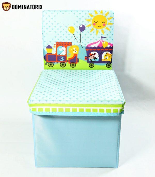 Box na hračky a stolička v jednom, svetlo modrá s obrázkom. Dieťa si môže do boxu poukladať hračky a potom si sadnúť na stoličku. Box stolička je ľahko poskladať a rozložiť. Rozmery: 25x25x41cm. Maximálna záťaž na sedadlo je 20kg. Vhodné pre deti od 3 rokov.