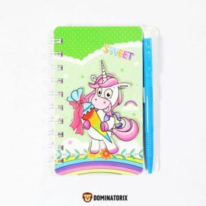 Zápisník Jednorožec Kvietok s 3D obrázkom jednorožca na prednej strane a perom. Listy sú farebné a riadkované. Rozmery: 14x11cm. Vhodné pre deti od 3 rokov.