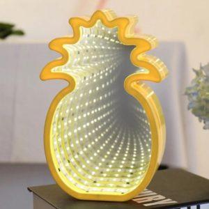 LED lampa Ananás s 3D tunelom (svetlom). Obsahuje dierku na zadnej strane lampy na možné zavesenmie na stenu, a vypínač na zapnutie a vypnutie lampy. Materiál-plast. Batérie 3xAA 1,5v nie sú súčasťou balenia. Rozmery lampy: 22x14cm. Nevhodné pre deti do 3 rokov.